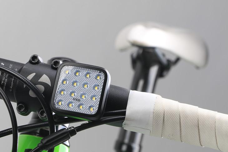 LED以外の部分はリフレクターとなっており、被視認性を向上させる