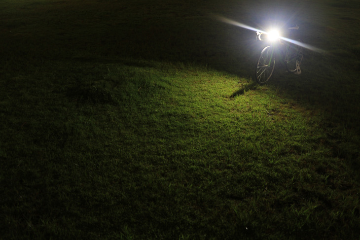 Blinder MOB MR CHIPSの照射角度は120°。足元を強く照らす配光だ