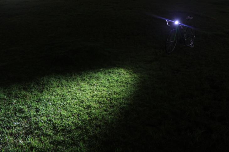 Blinder MOB Eyeballerの照射角度は15°。遠くまで光が届く配光だ