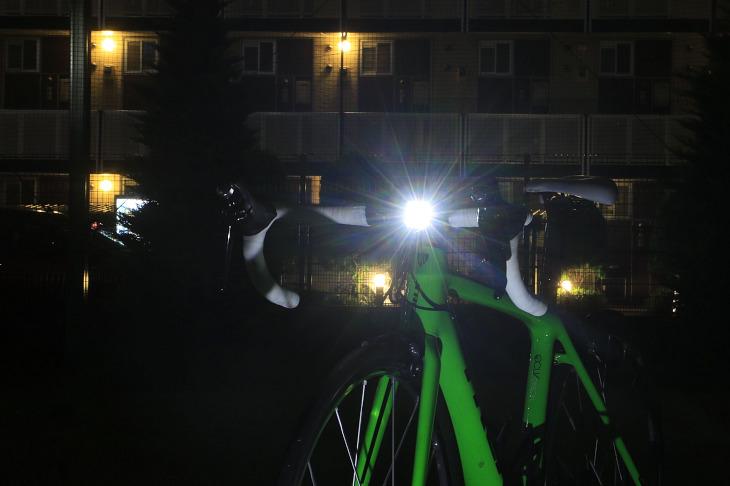 ノグ Blinder MOB Kid Grid。最大光度80ルーメンを備えており、街中ではフロントライトとして、郊外ではサブライトとして役に立つ