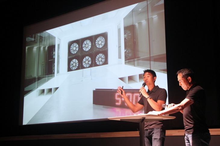 厚木で開催されたプレゼンテーションで舞台に上がるクリス・ユー氏