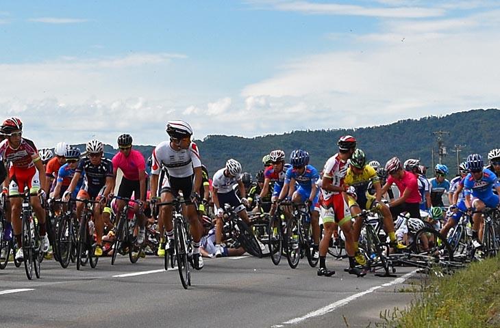 第1ステージの正式スタート1km後に集団落車、阿部も巻き込まれる