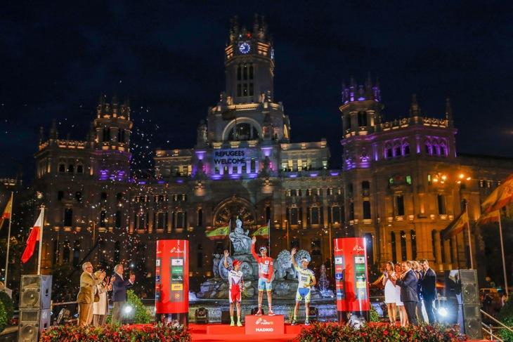 総合表彰台に立つファビオ・アル(イタリア、アスタナ)、ホアキン・ロドリゲス(スペイン、カチューシャ)、ラファル・マイカ(ポーランド、ティンコフ・サクソ)