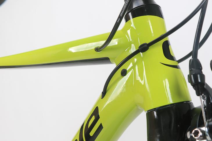 ヘッドチューブは特徴的なアワーグラス形状で、剛性を10%強化した