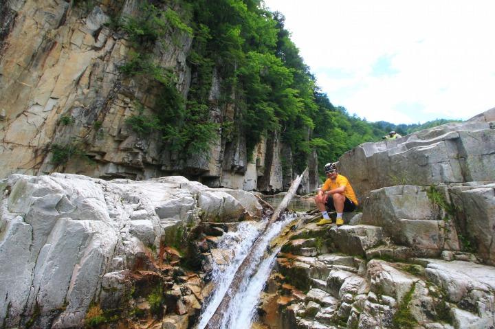 圧巻の景観を誇る屏風岩をバックに黄昏れる男がひとり。