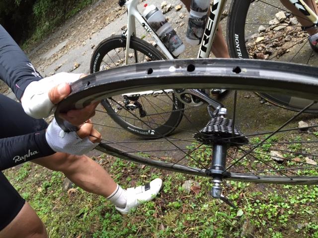 路上でパンクし、タイヤを剥がしてみた。エアを抜いてこじれば驚くほど簡単にタイヤが剥がせた。リム表面にはほとんど接着力のあるMagic Mastikは残らない