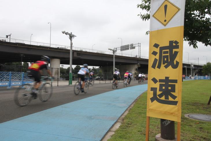コースの至る所に安全走行を促す看板が設置された