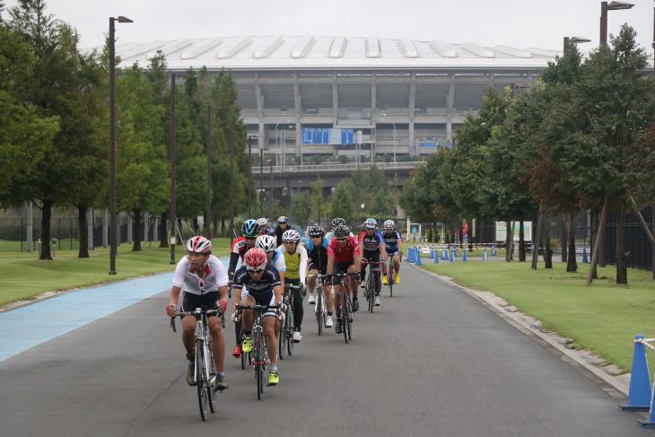 日産スタジアムを背に新横浜公園を走る