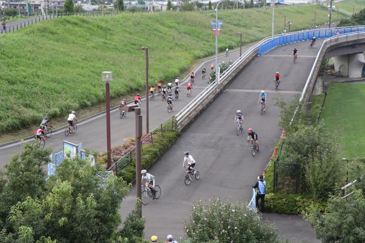 スタジアムから新横浜公園へと繋がるテクニカルなセクション