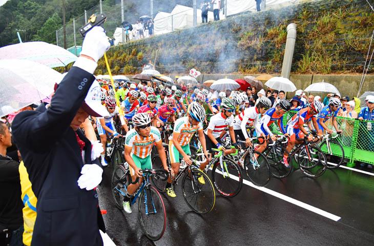 日裏勝巳印南町長の号砲でスタートする成年男子: photo:Satoru.Kato