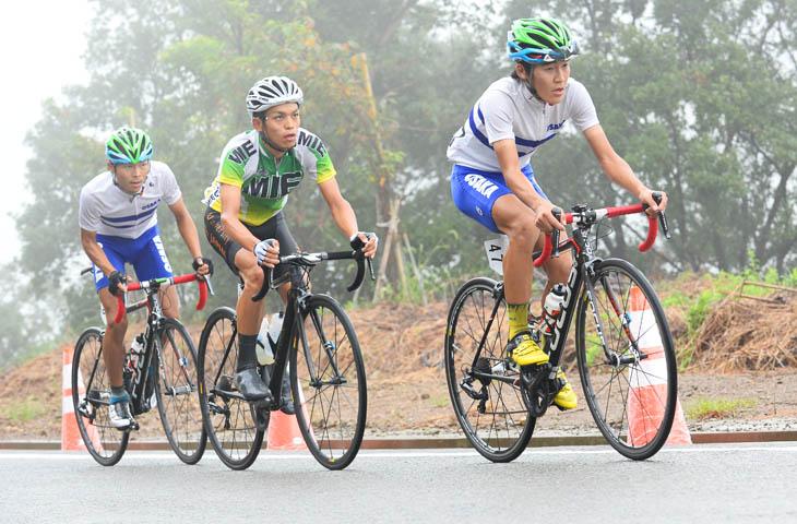 成年男子 4周目 阿曽圭佑(三重県・キナンサイクリングチーム)、安原大貴、田窪賢次(共に大阪府・マトリックスパワータグ)が先行する