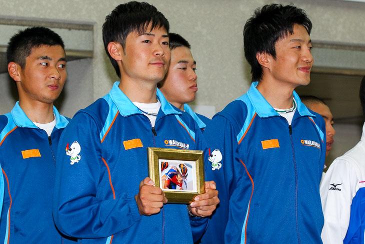4kmチーム・パーシュート優勝の和歌山県。佐々木真也の胸には故・和田力選手の写真が