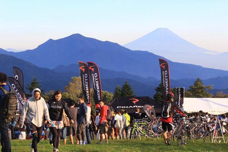 会場からは遠くに富士山を望むことができるほどの快晴に恵まれたグランフォンド八ヶ岳