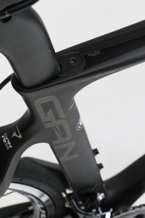 GANの文字が光るシートチューブ。シートクランプの締め付け方式がF8から変更されている