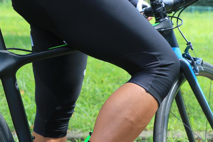 膝の裏のみ伸縮性のより高い素材としている