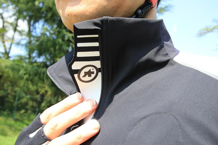 高い襟によって衣服内への冷気の侵入を防止