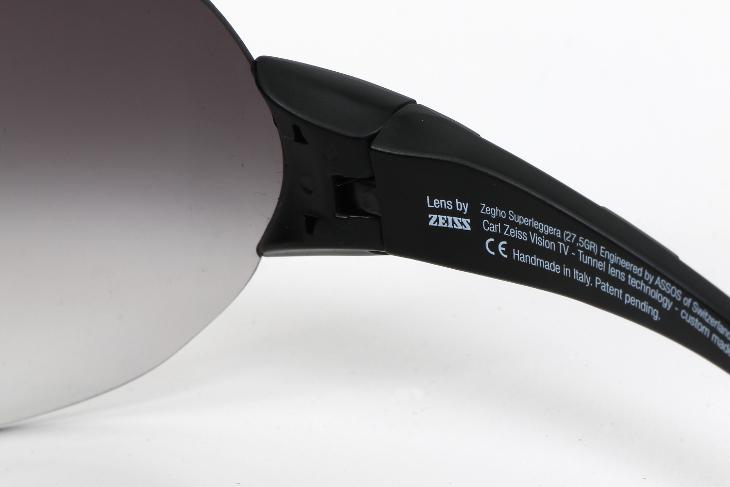 カメラのレンズをはじめとした精密光学機器メーカーのカールツァイス社とアソスが共同開発した逸品だ