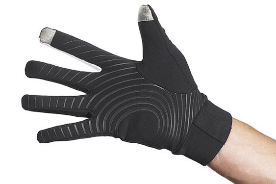 手の平側には滑り止めのシリコンプリントを施すことでグリップ力を高めている