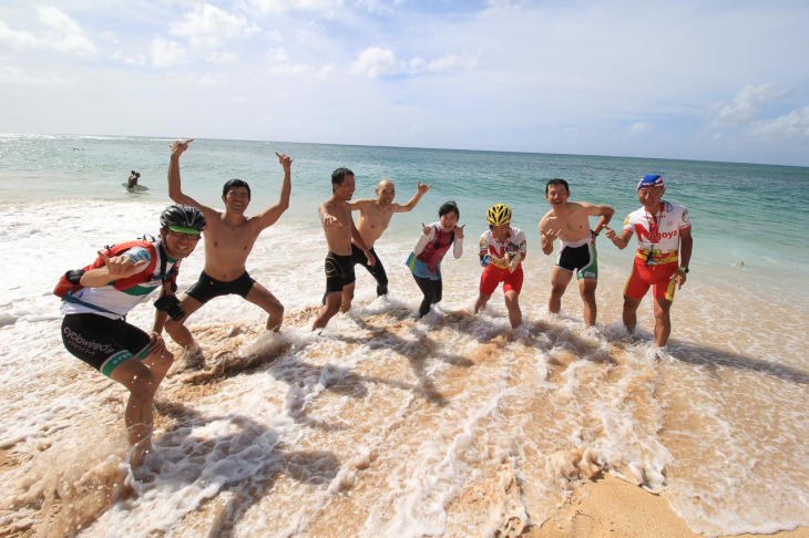 すでに海に入り楽しんでいる皆さんの仲間入りしたく、準備する前に入水!