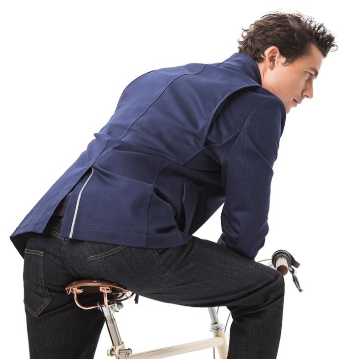 肩まわりは前傾姿勢を取りやすいように特別なパターンが採用された。裾のスリットにはリフレクターが設けられている