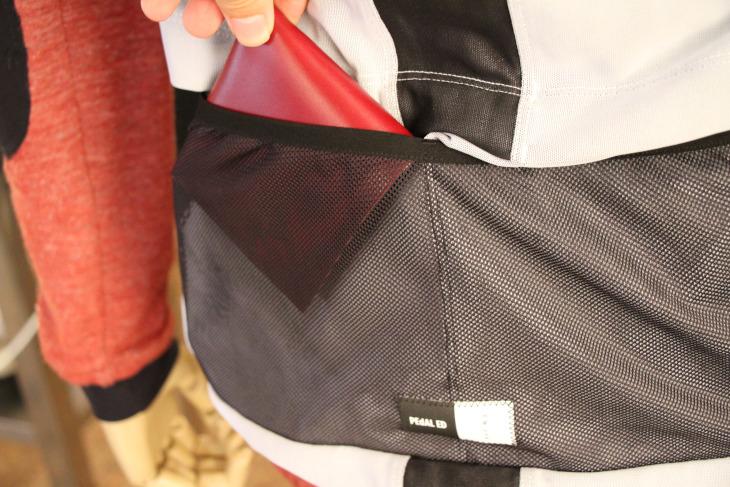 ポケット内の水はけを重視するためにバックポケットはメッシュとなっている
