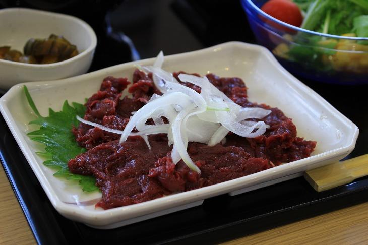 道の駅富士川では名産の馬刺し定食をはじめ地域のグルメが楽しめる