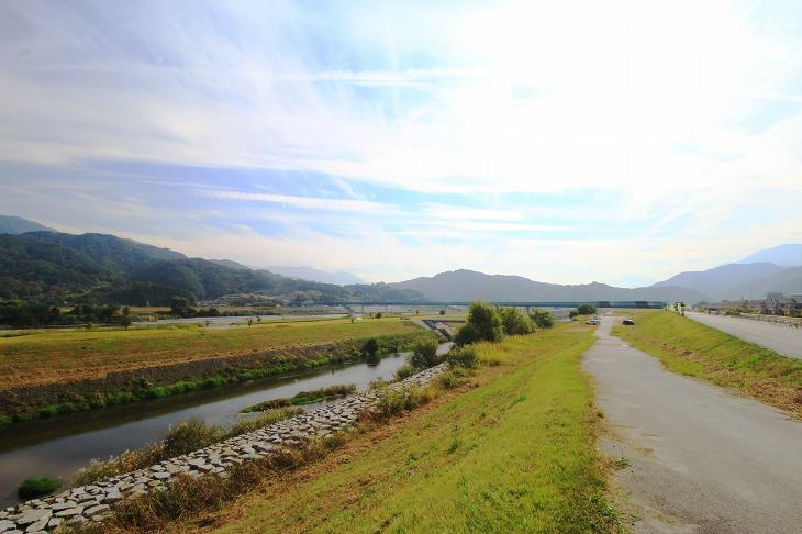周りを山に囲まれた峡南地区。サイクリストにとっては楽園といえるロケーション。