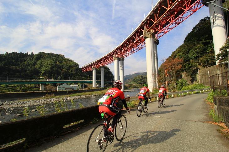 東名高速の下をくぐっていく