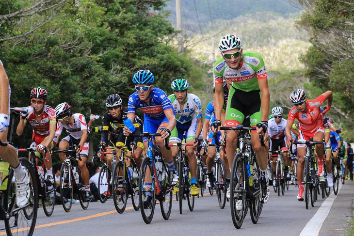 山岳ポイントの普久川ダム登りを行くチャンピオンレースのメイン集団