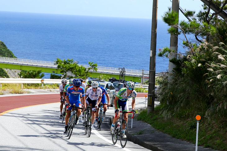 2015年のレースより チャンピオン210km 逃げ続ける先頭9人、大泊橋にて