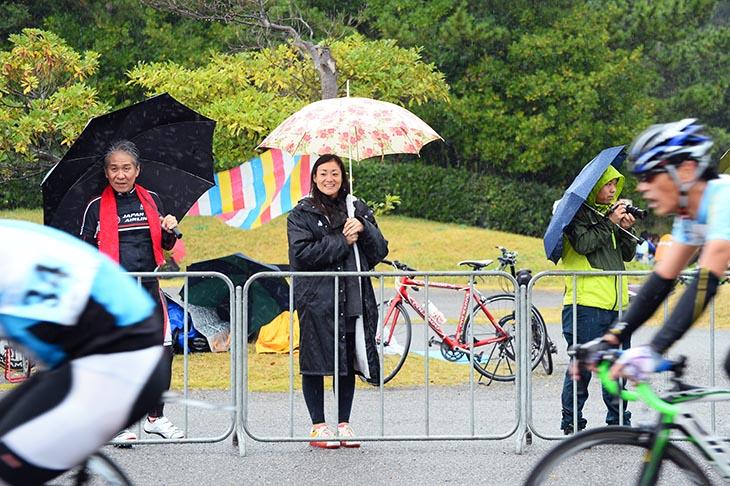 雨の中でもチームメートを応援