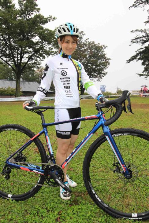 水越ユカさんと、Livのシクロクロスバイク「BRAVA SLR」