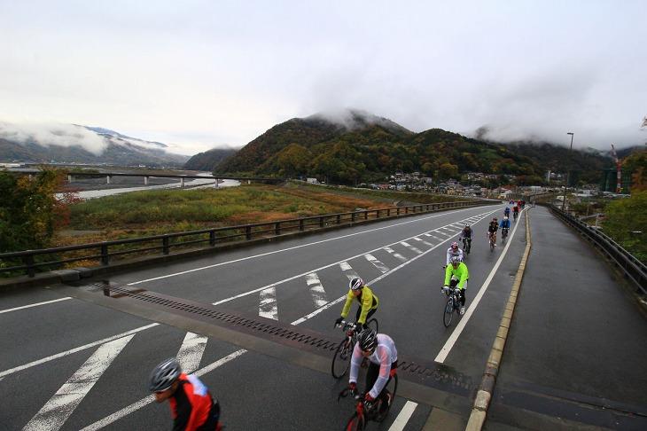 生憎の曇り空だが、富士川の眺めが素晴らしい