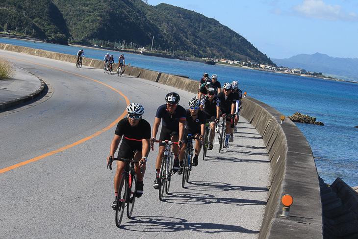 サイクリングに適した海沿いの道を走る