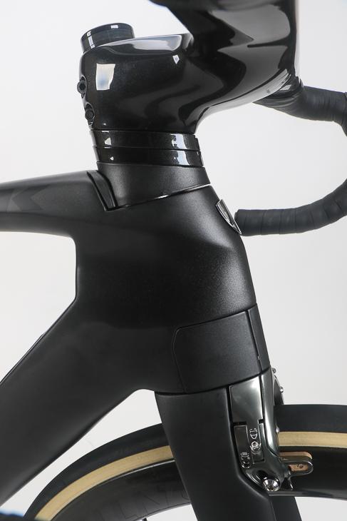 ブレーキ、フォーク、ヘンドチューブ、ヘッドスペーサーをインテグレーテッド設計とし空力性能を追求