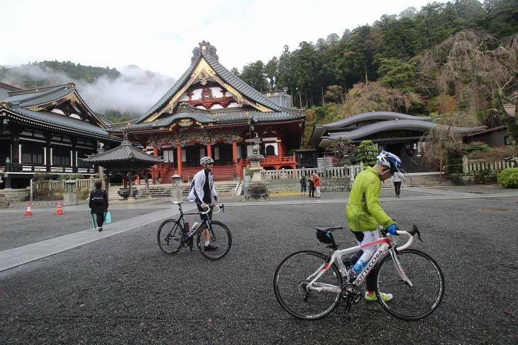 登り切った先は久遠寺の境内。ここは全員が押して歩きます