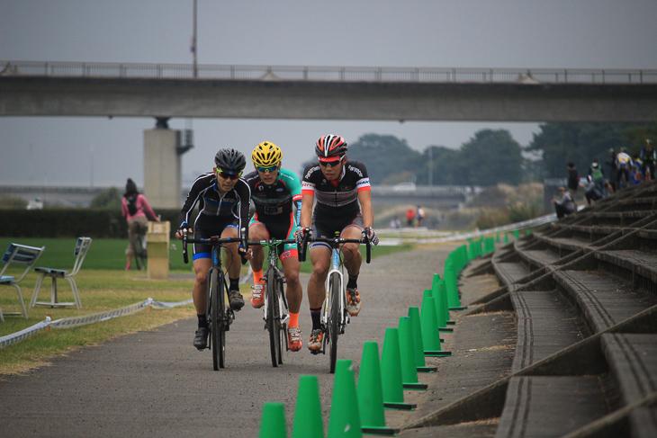 斎藤と澤木が中村の舗装路でのアタックを警戒しながら3人で進む