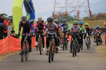 U15、小学生クラスの混成レースのスタート。U15は鈴木 皓士(左/WESTBERG/ProRide)が優勝: photo:Makoto.AYANO