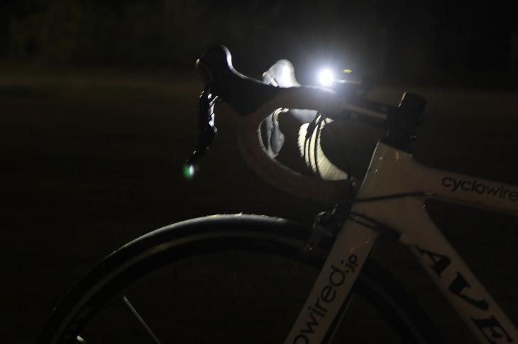 側方からでもライトの光を確認することができる