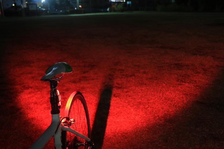 ワイドに光を照射する配光となっている