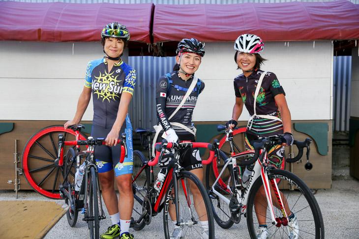 翌日に女子国際100kmへ出場する永田直美さん(右、チーム・フォルツァ!)と仲村陽子さん(左、New Sun Racing)
