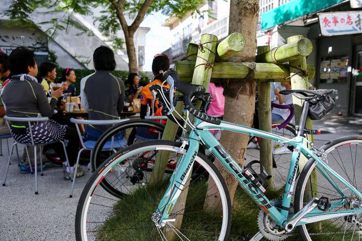 お洒落な自転車ですね。ねむの木に立てかけます