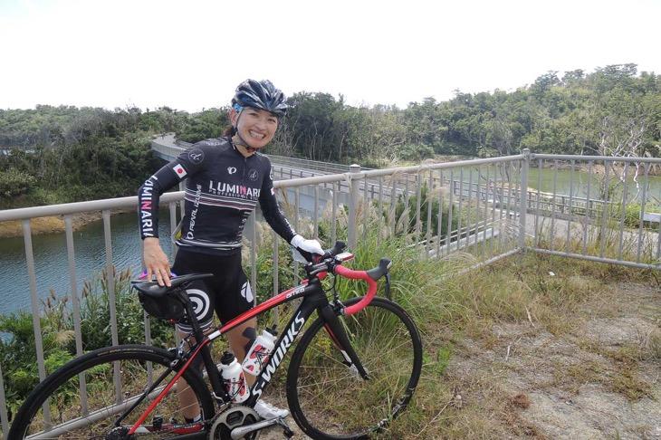 金武ダムのダム湖展望台。自転車担いで登ってみた!