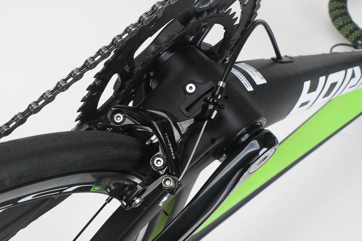 シートステーの柔軟性向上と空気抵抗の低減を狙い、BB下にリアブレーキを配置