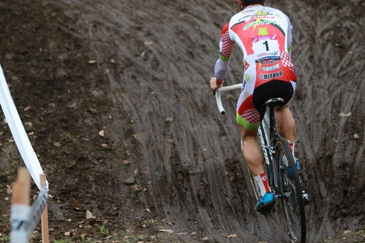 前日までの雨によって、コースは所々泥が出現した