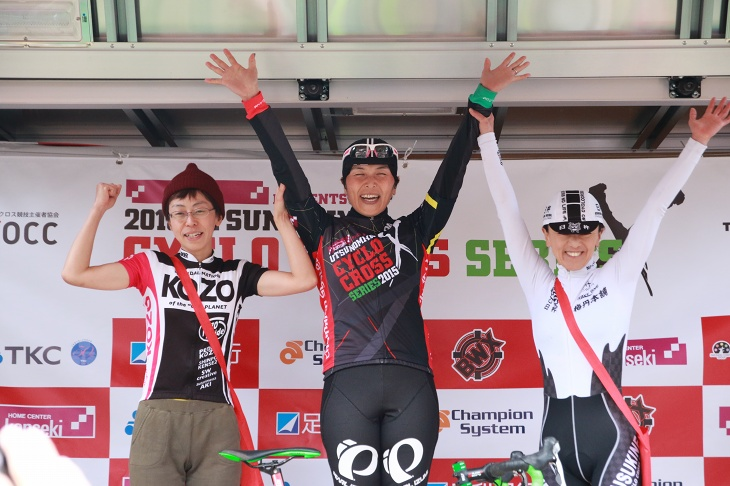 CL1表彰台。地元の林口ゆきえ(SNEL CYCLOCROSS TEAM)が優勝