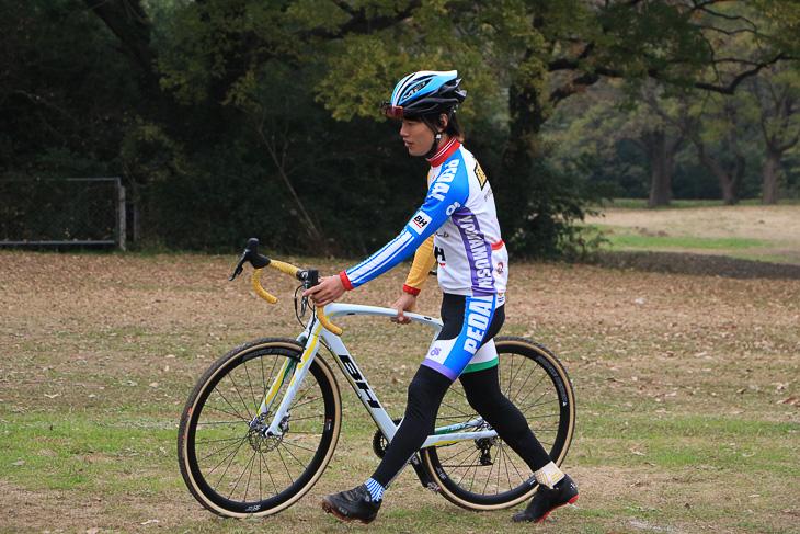 走りに移りながらバイクを持ち上げる。障害物を越えられる高さだけ持ちあげると腕の負担が少ない