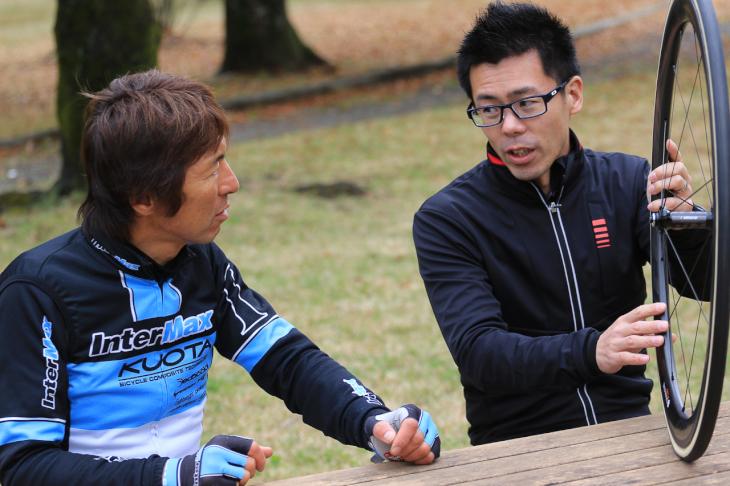 「コンパウンドに加え、ケーシングも大きく変化しています」とはヴィットリア・ジャパンの藤井隆士さん(右)