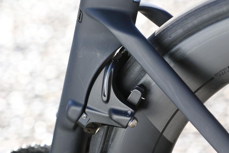 リアブレーキのシートチューブ裏側という、これまでにない取り付け位置はブレーキングによるフレームへの影響が最も小さいとして選ばれたという