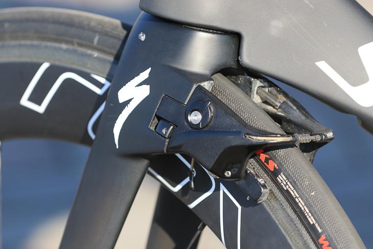タイヤと平行方向にアーチが伸びるゼロドラッグブレーキ